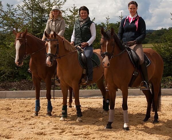 Frau Burg und Ihre Tochte auf einem Pferd